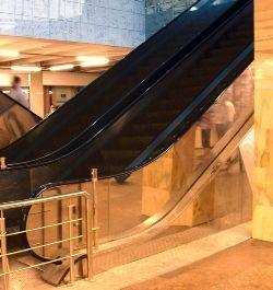 эскалатор для вокзала с балюстрадой из нержавеющей стали